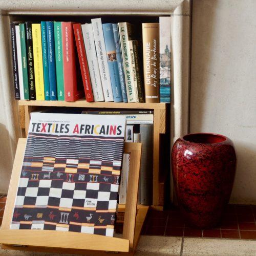 """Livres, """"Textiles Africains"""" et bibliothèque"""