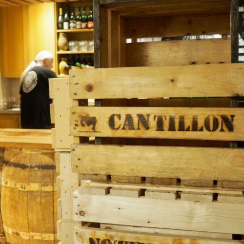 Berto derrière le bar à la Brasserie Cantillon