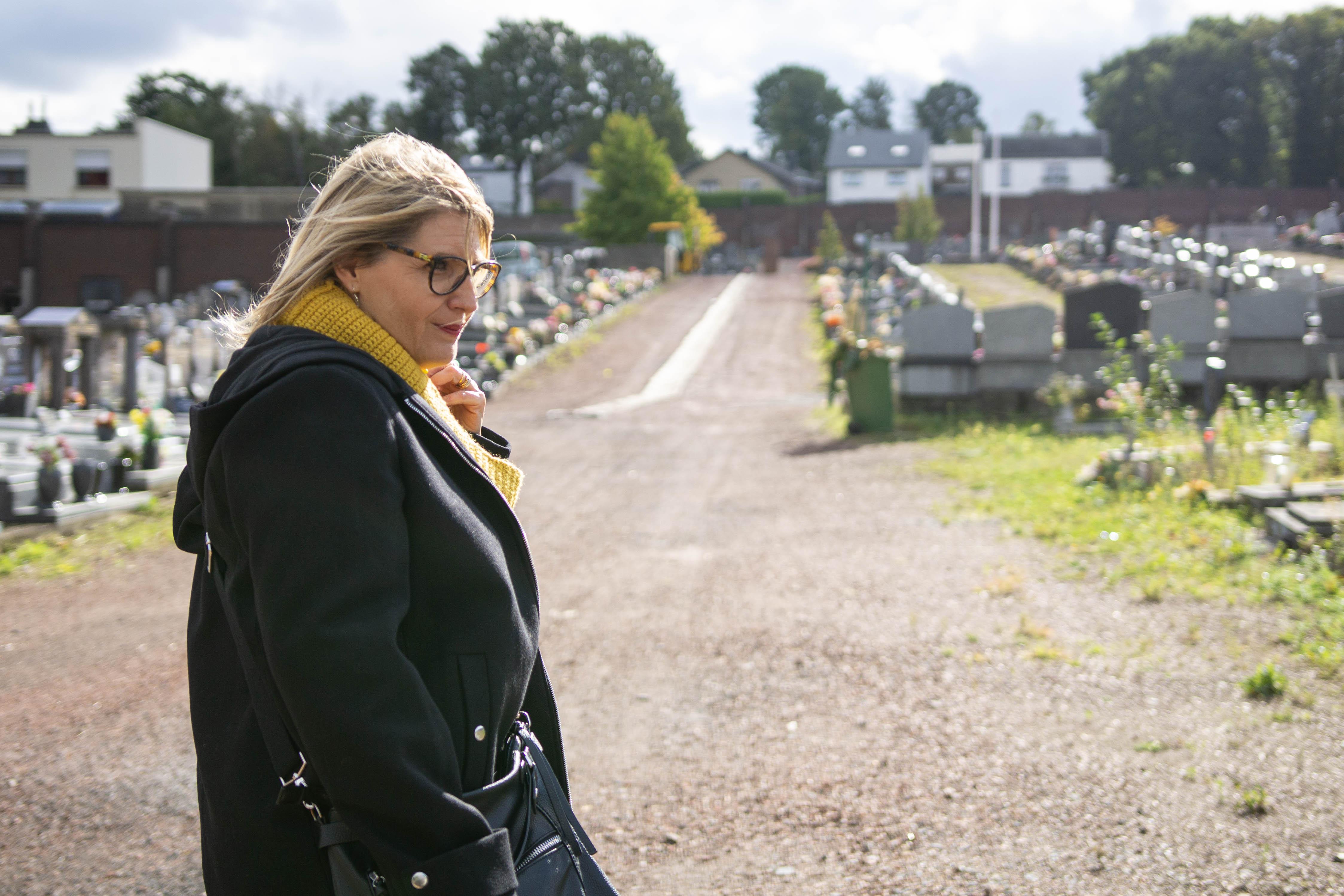Sabine Roberty marche au cimetière de la Bergerie à Seraing