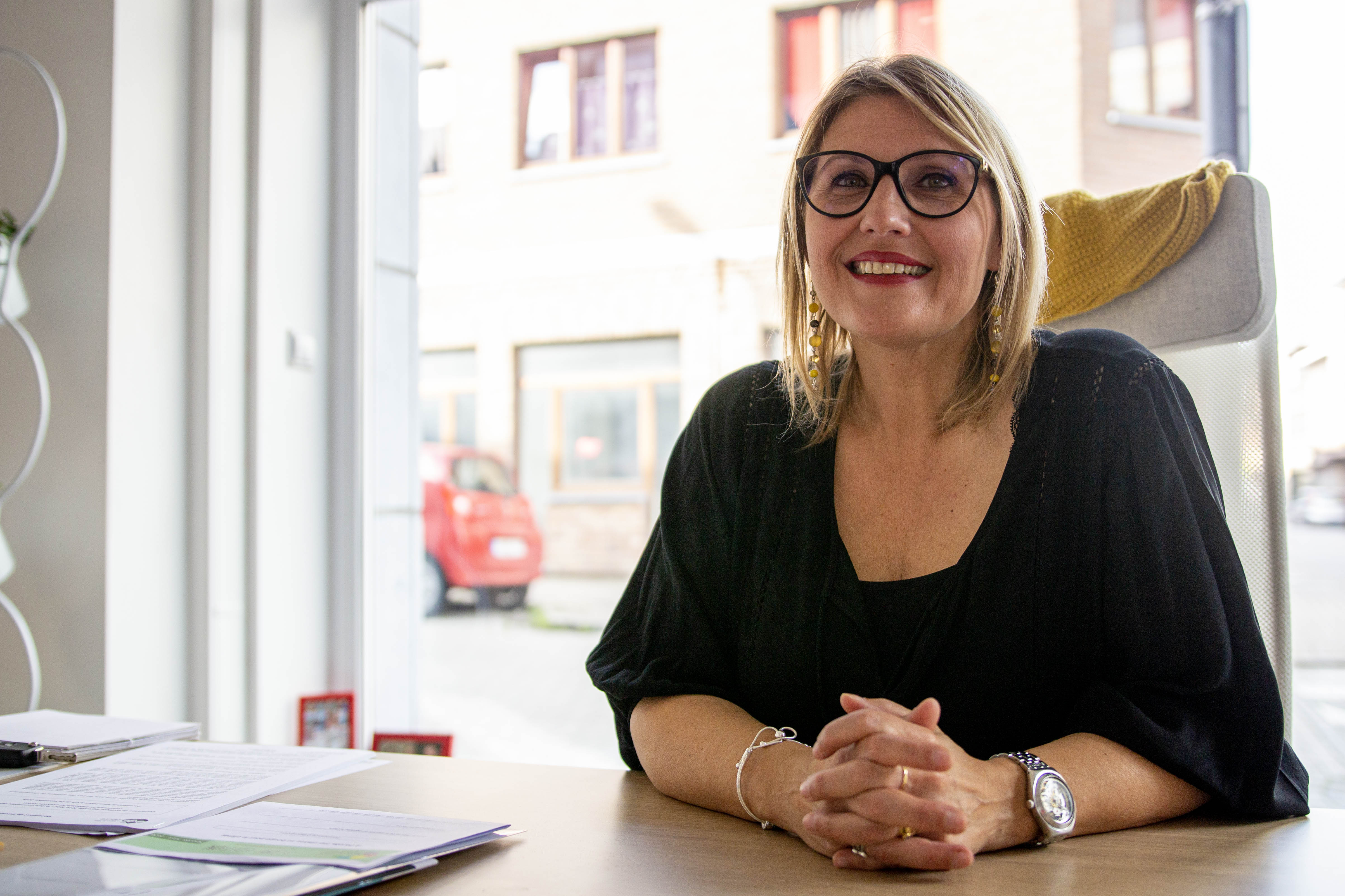 Sabine Roberty travaille à son cabinet situé à Seraing