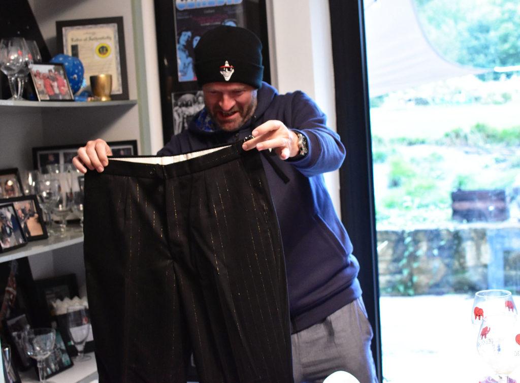 José et un pantalon d'Elton John