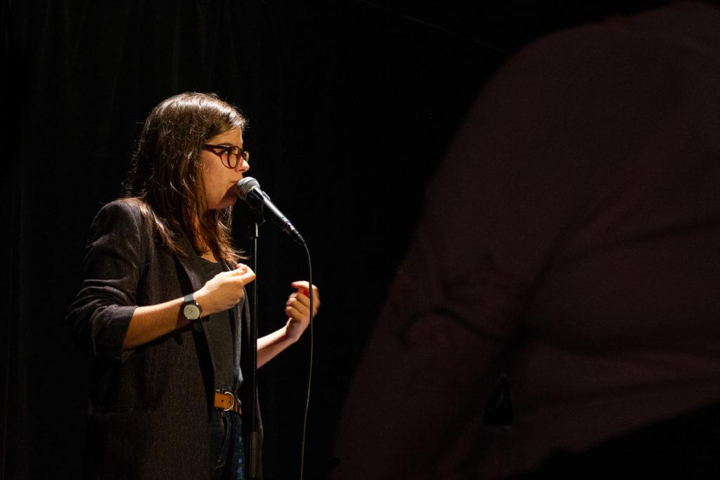 Fanny Ruwet sur scène au Kings of Comedy Club