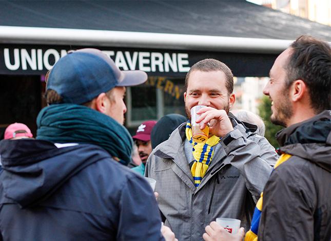 Martin Vachiery buvant une bière avec ses amis à l'Union's Taverne