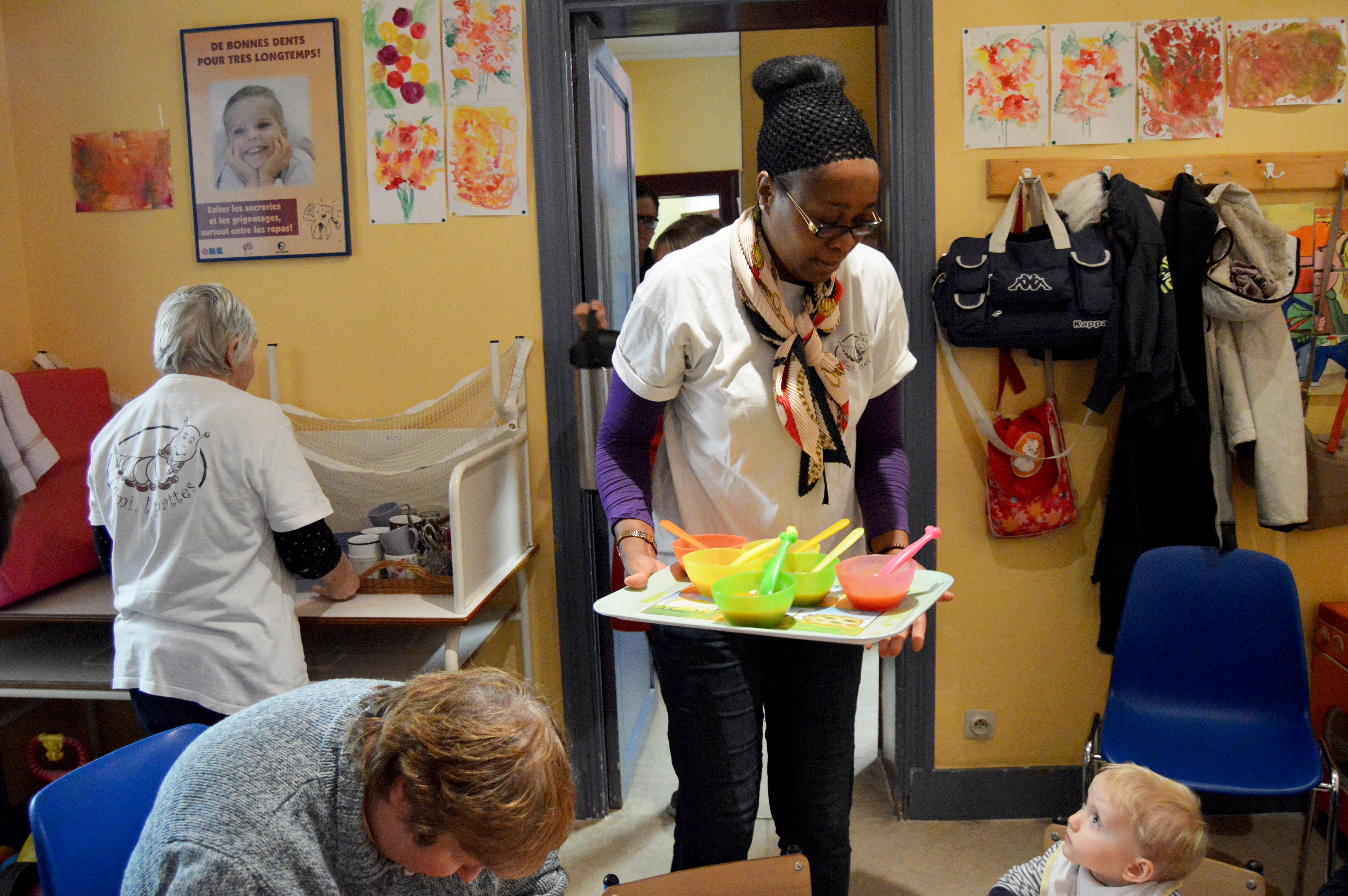 Une bénévole en train de distribuer la soupe aux parents et aux enfants.