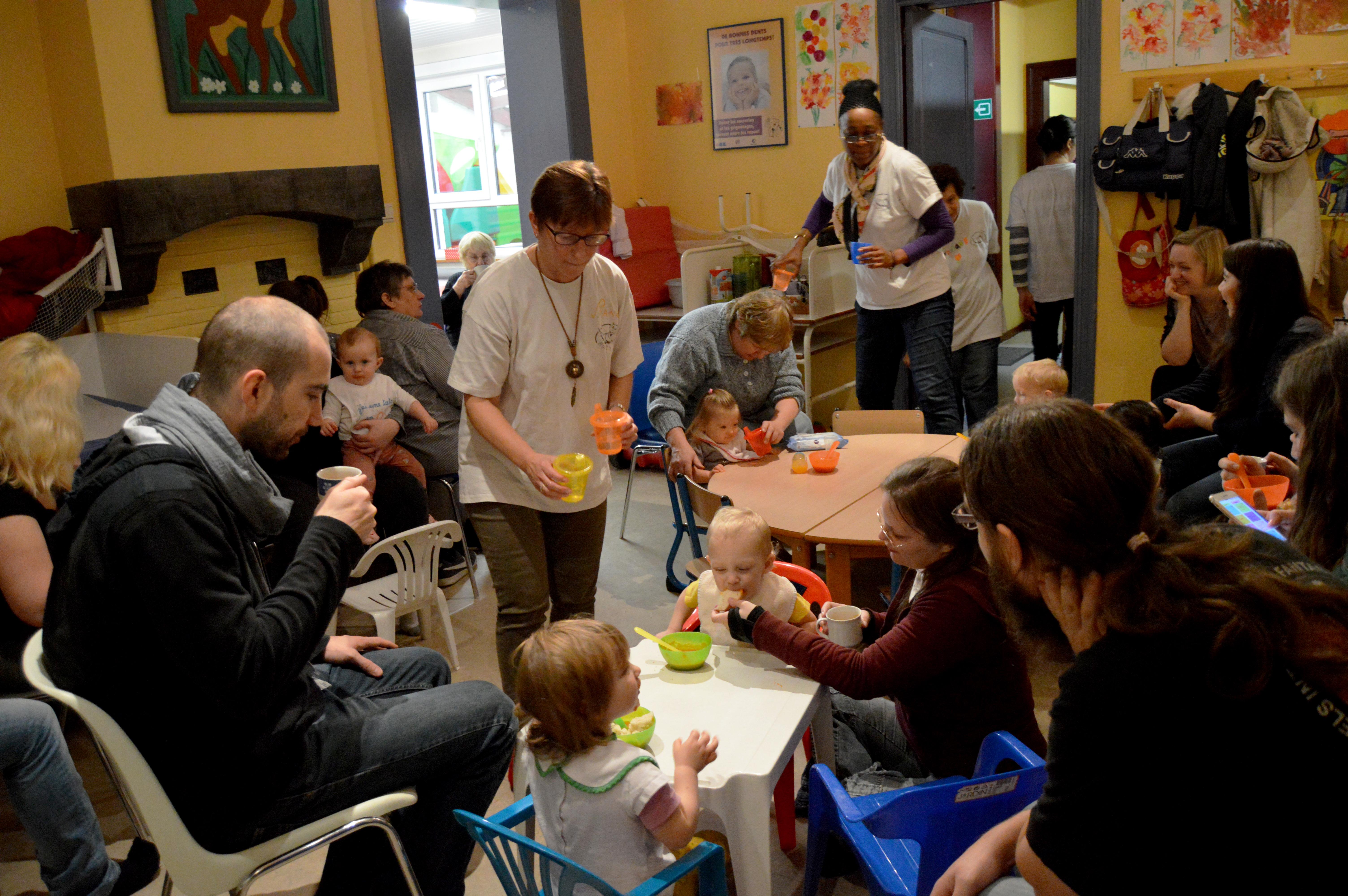 Les bénévoles distribuent la soupe, les enfants la mangent.