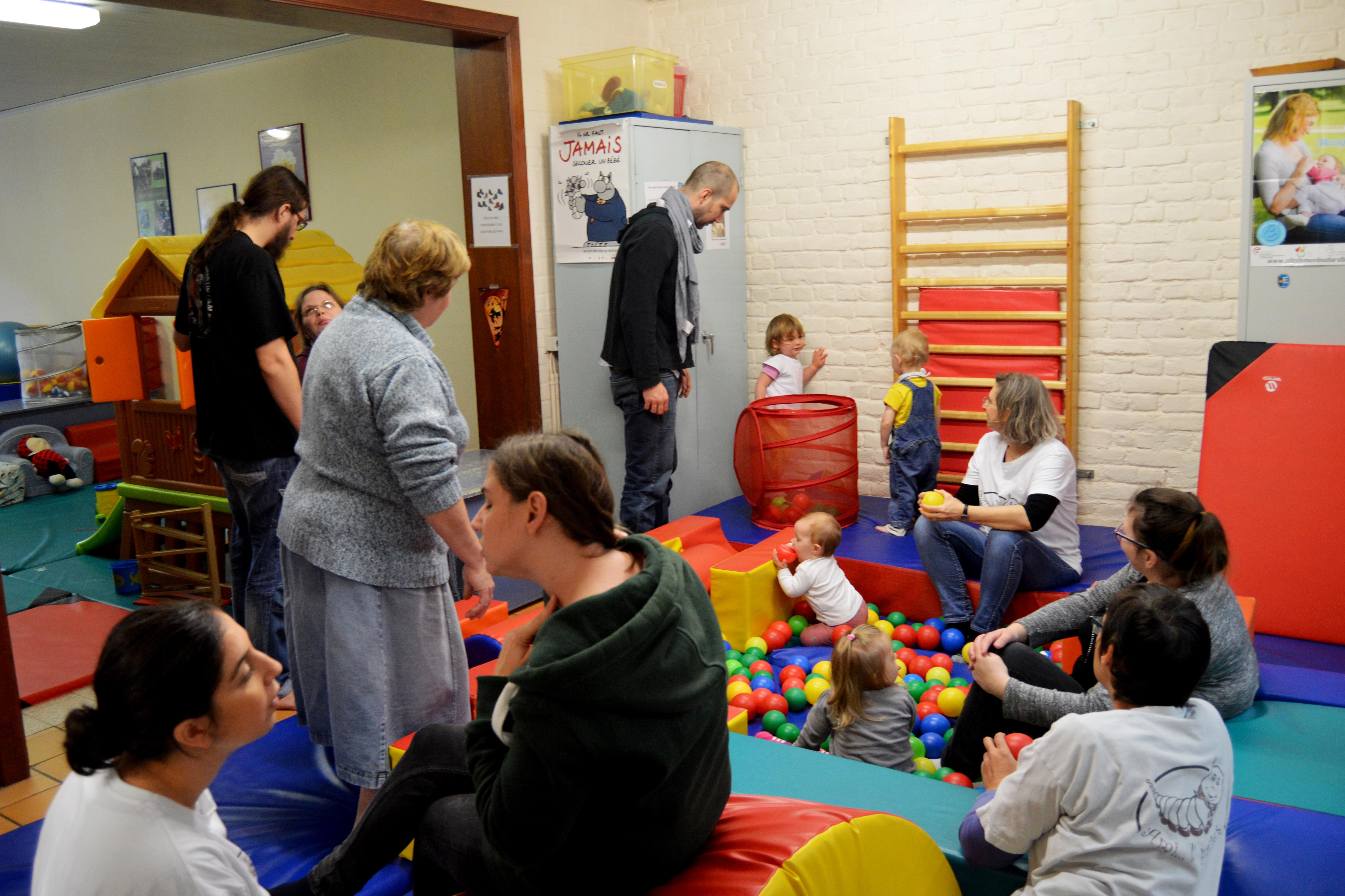 Les parents, les enfants et les bénévoles réunis dans la même pièce. Bien souvent assis.