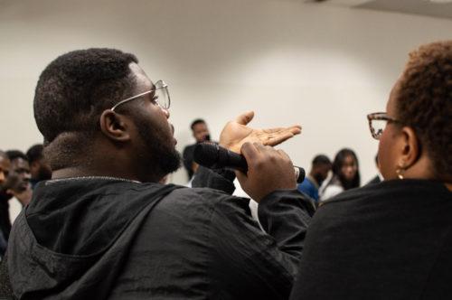 Derrière le micro, chacun partage son avis pendant le débat.
