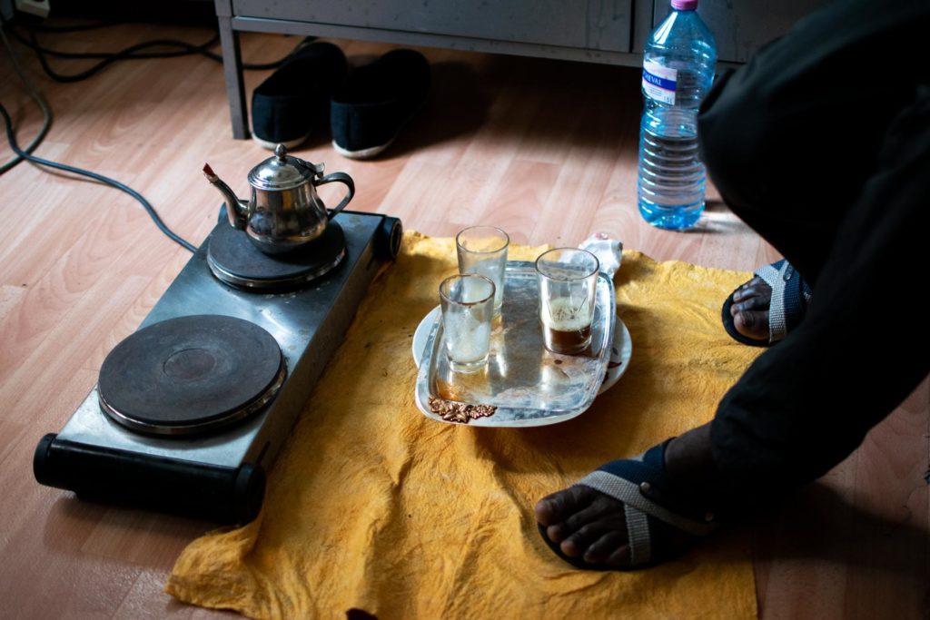 Modou et ses amis préparent du thé dans une chambre