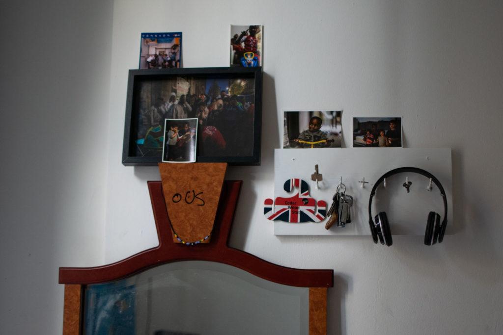 Photos et souvenirs collés sur le mur d'une chambre