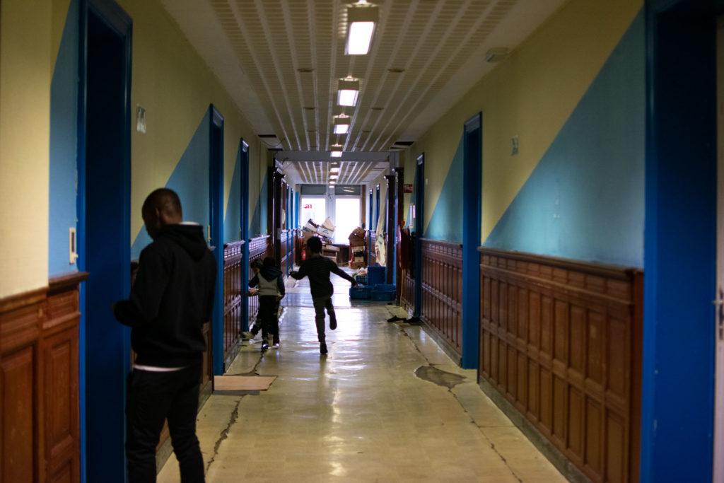 Des enfants jouent dans le couloir