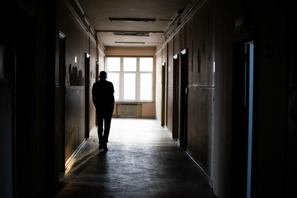 Salim marche dans le couloir du 3ème étage
