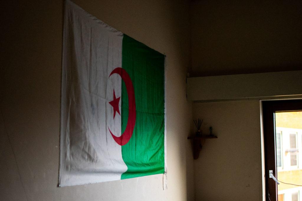 Drapeau de l'Algérie dans la chambre de Salim
