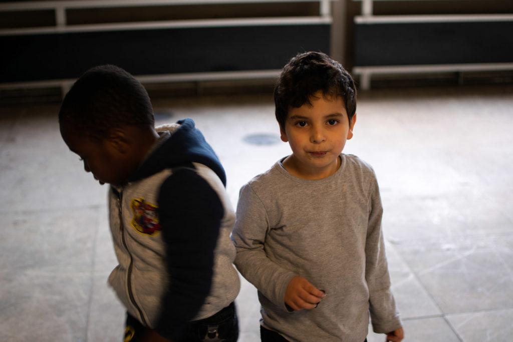 Deux enfants en train de jouer avant leur cours d'anglais