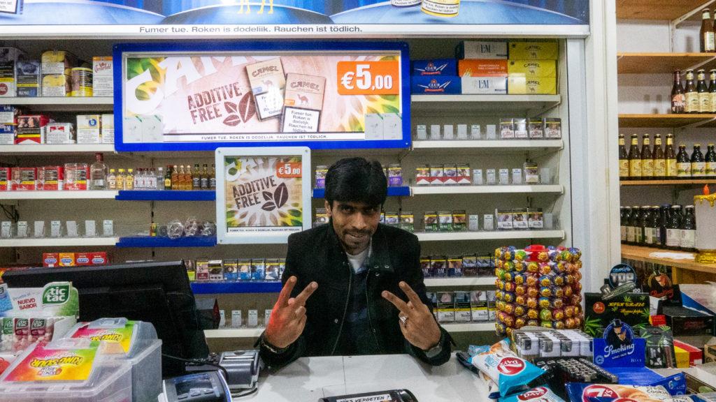 Hussain pose avec des peace pour la photo
