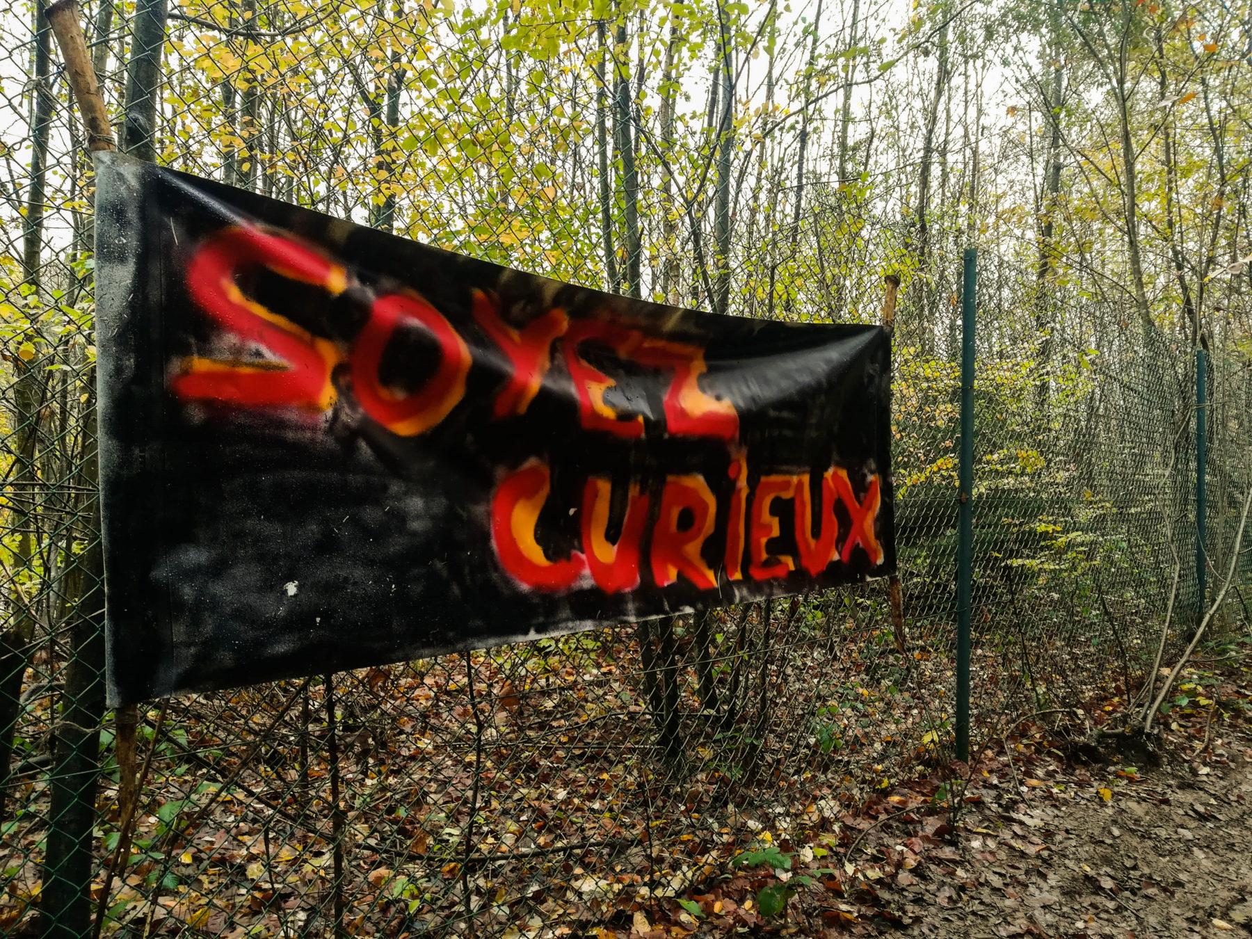 """La banderole """"Soyez curieux"""" nous guide vers le camp"""