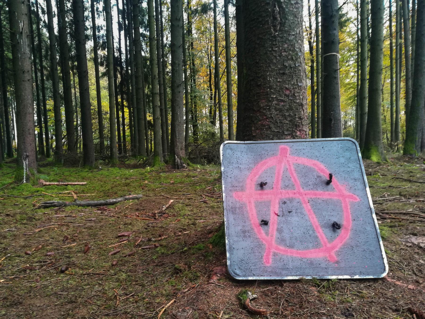 Le A de Anarchie trône fièrement au milieu des arbres.