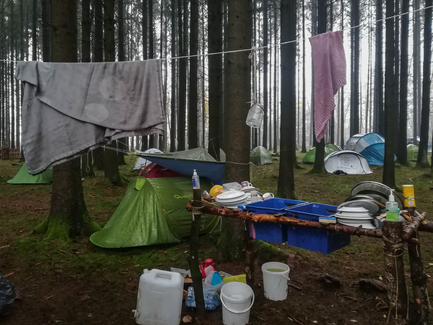 Campement des zadistes avec, en avant plan ,  en évier de fortune pour faire la vaisselle
