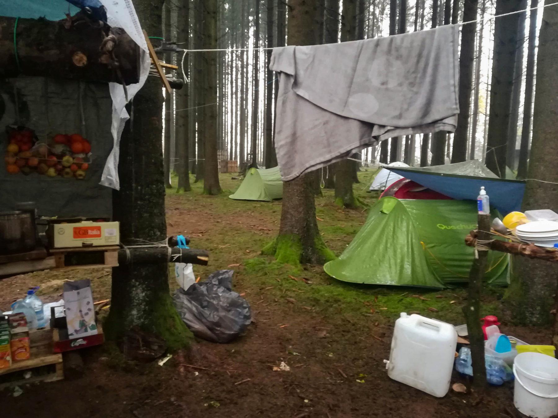 campement de la zad, un tente, un essuie qui pend sur une corde.