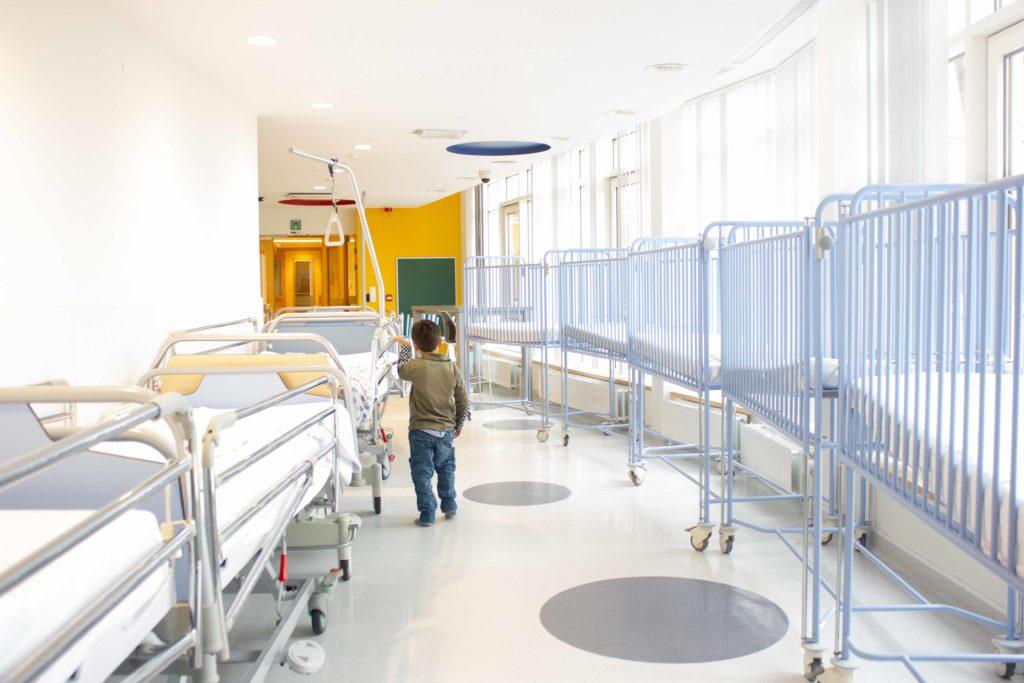 Tout comme ces lits, des enfants se retrouvent parqués à l'hôpital pour une durée indéterminée.