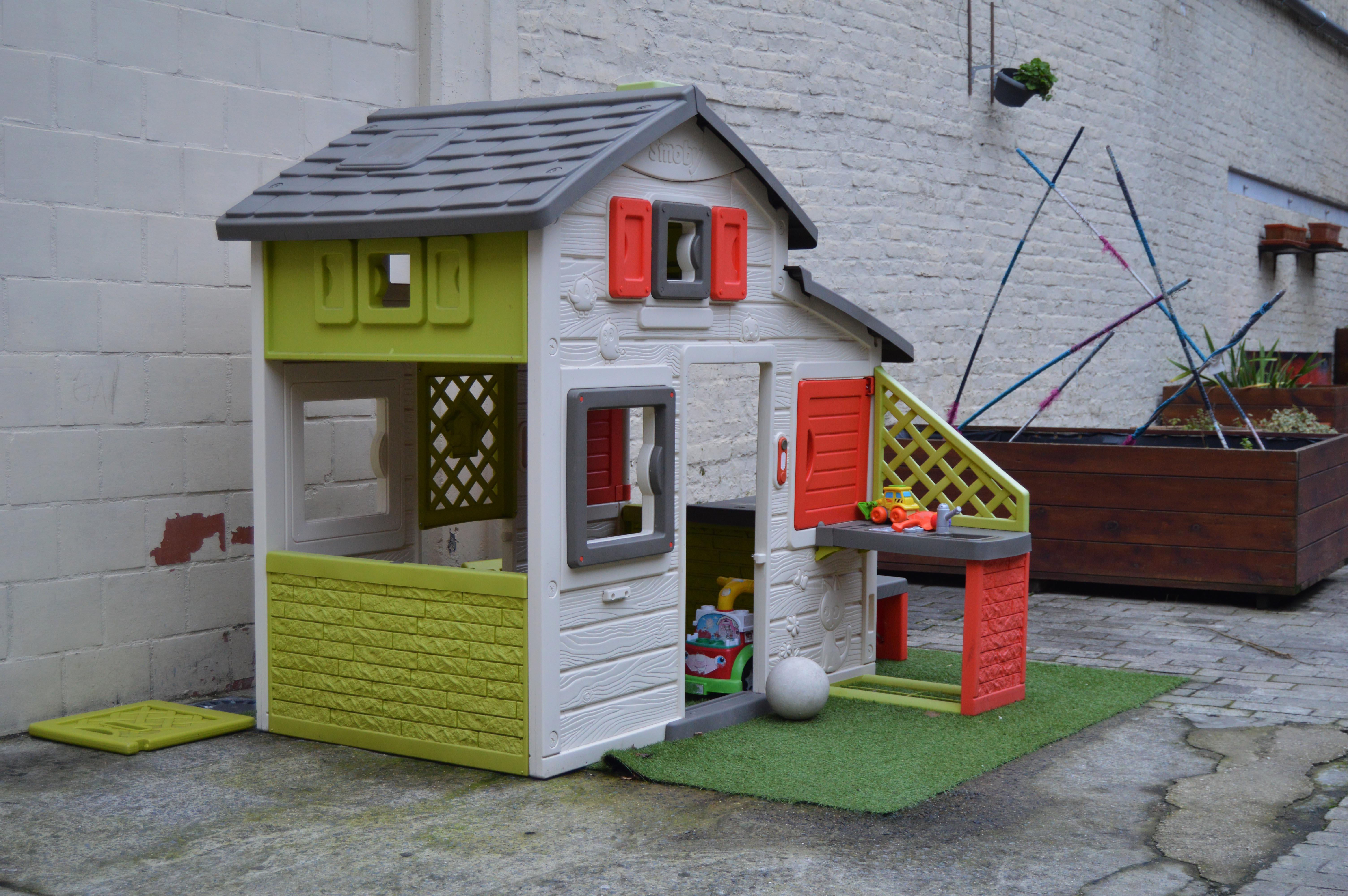 On retrouve une maison pour enfants au milieu de la cour.