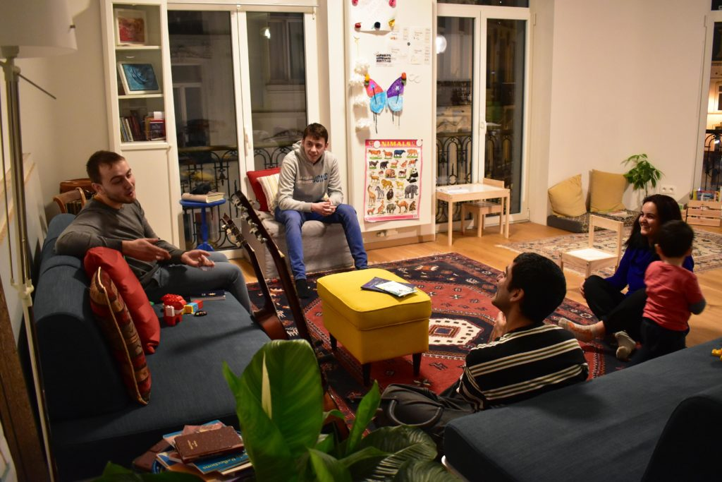 4 personnes dans un salon pour prier