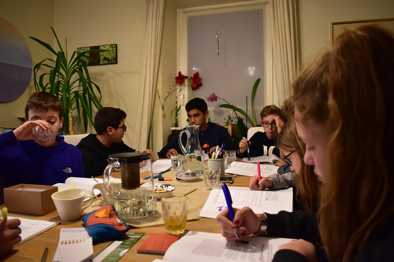 Groupe de jeunes qui étudient