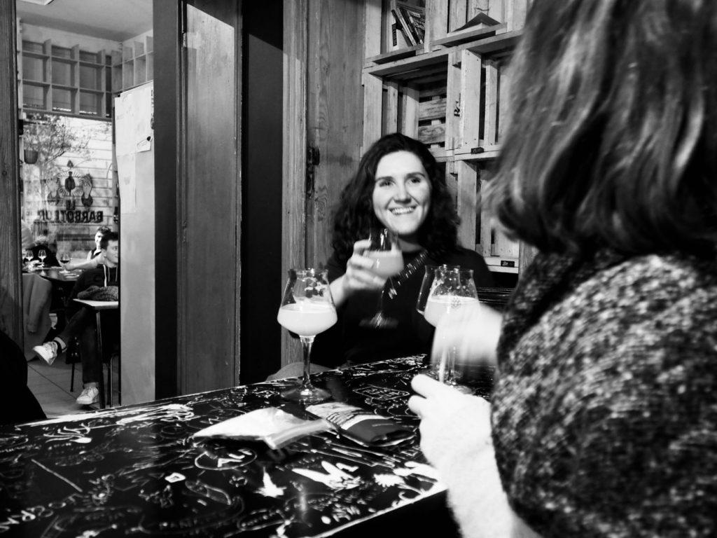 Juliette et Ondine boivent une bière au Barboteur