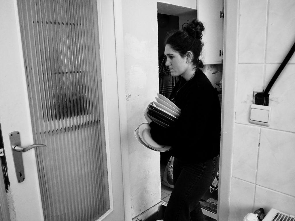 Juliette range le lave-vaisselle