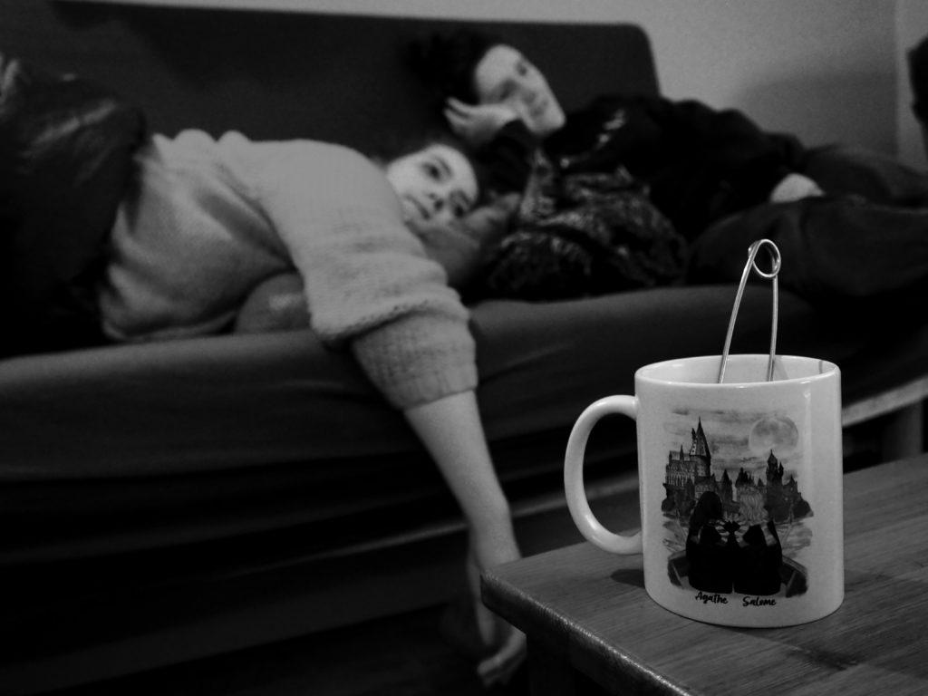 Agathe et Juliette regardent la télé dans le canapé