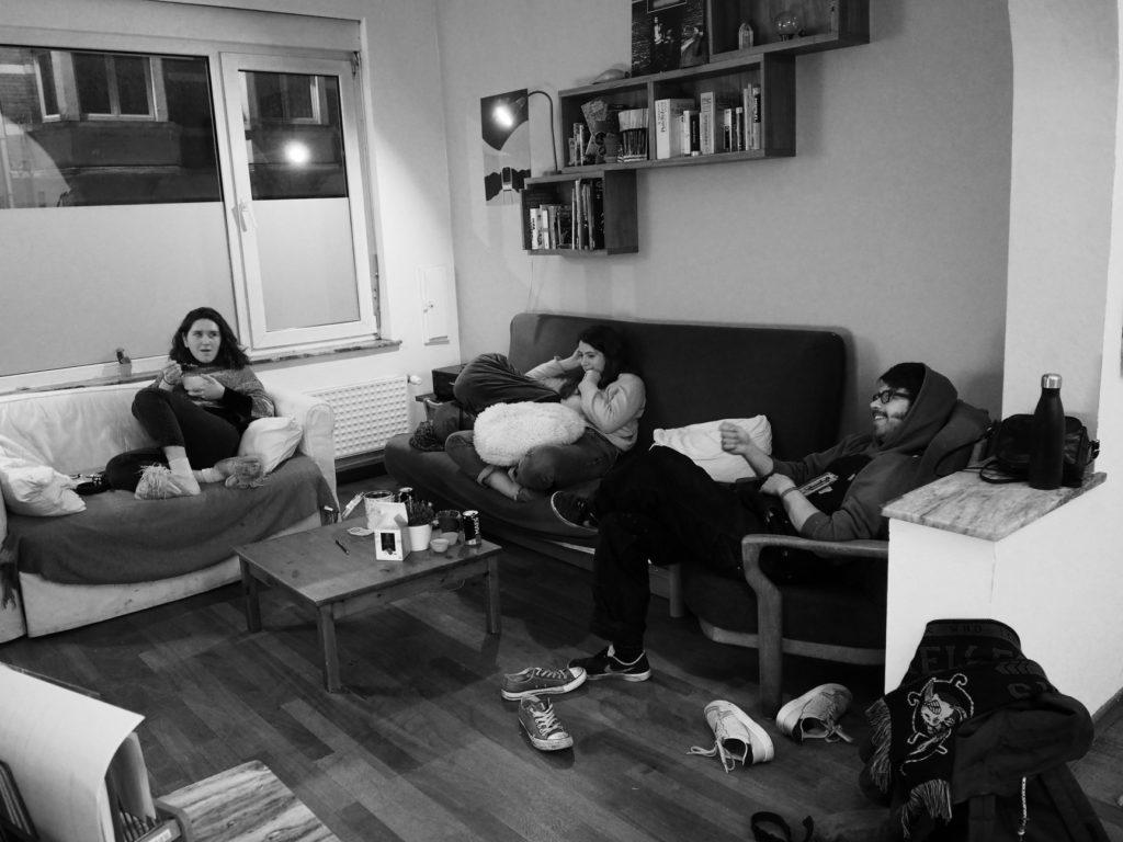 Juliette, Agathe et Hadrien sont dans le salon