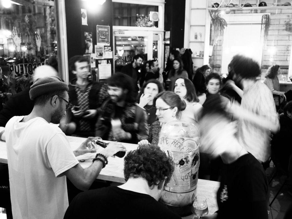 Des gens dansent à l'intérieur d'un bar