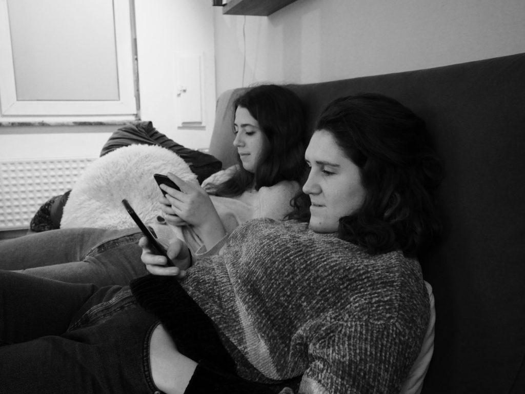 Agathe et Juliette regardent leurs téléphones