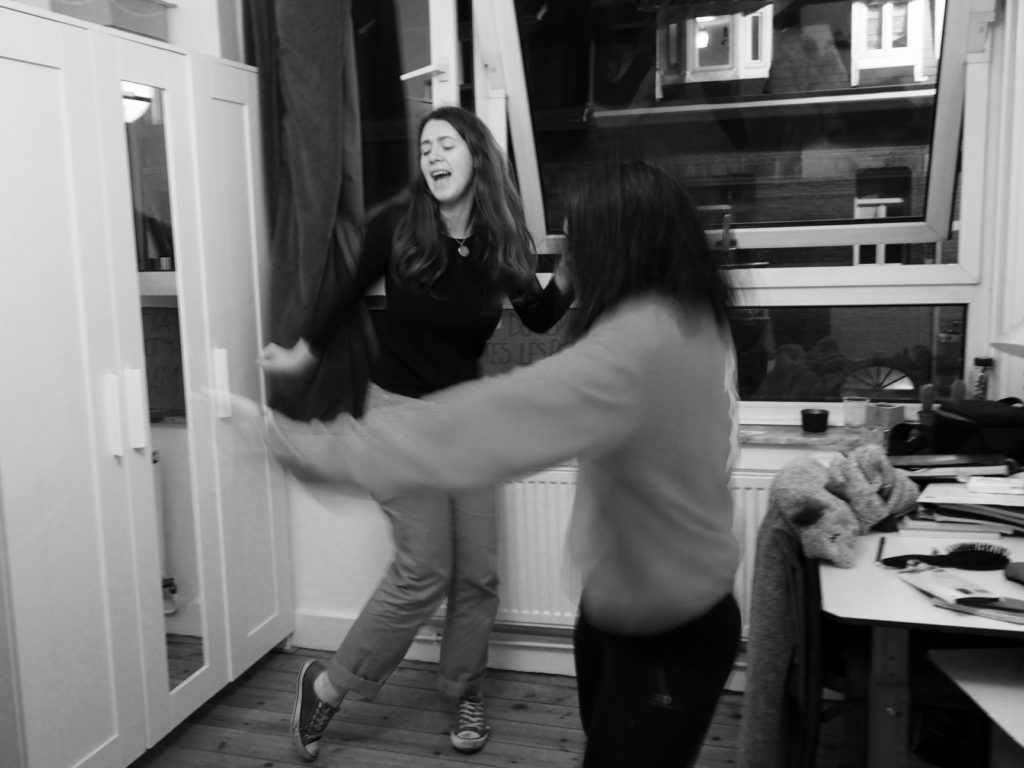 Agathe et Juliette dansent