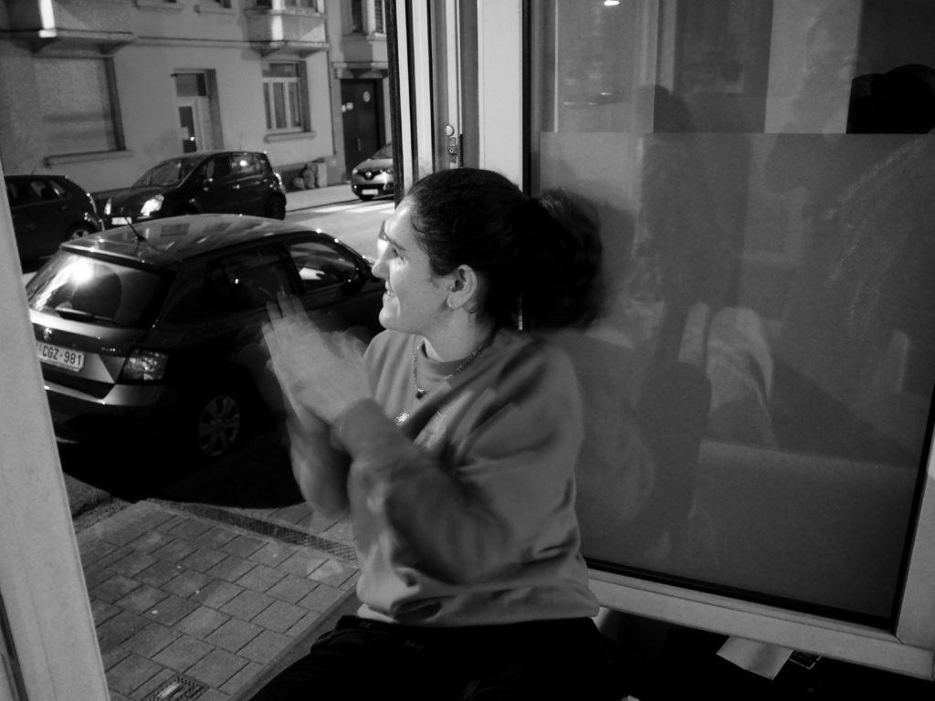 Juliette applaudit à la fenêtre
