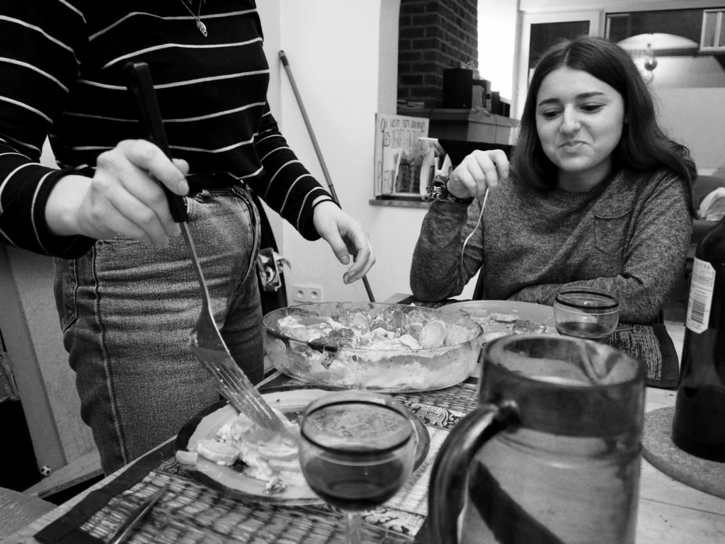 Juliette sert le gratin dans son assiette