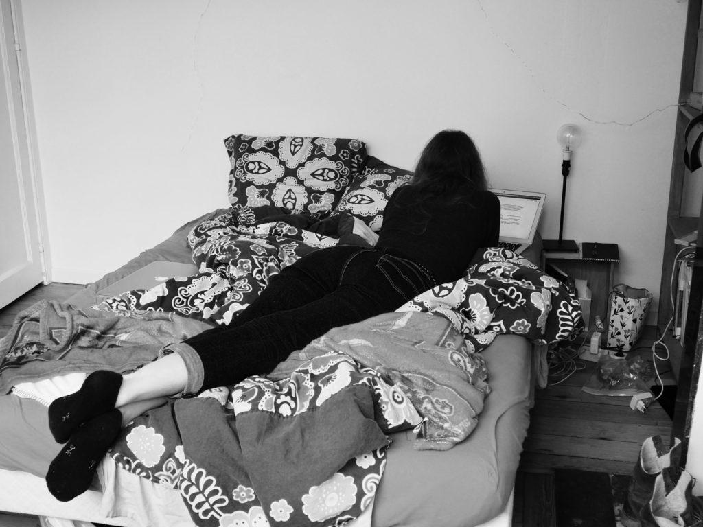 Agathe est couchée dans son lit