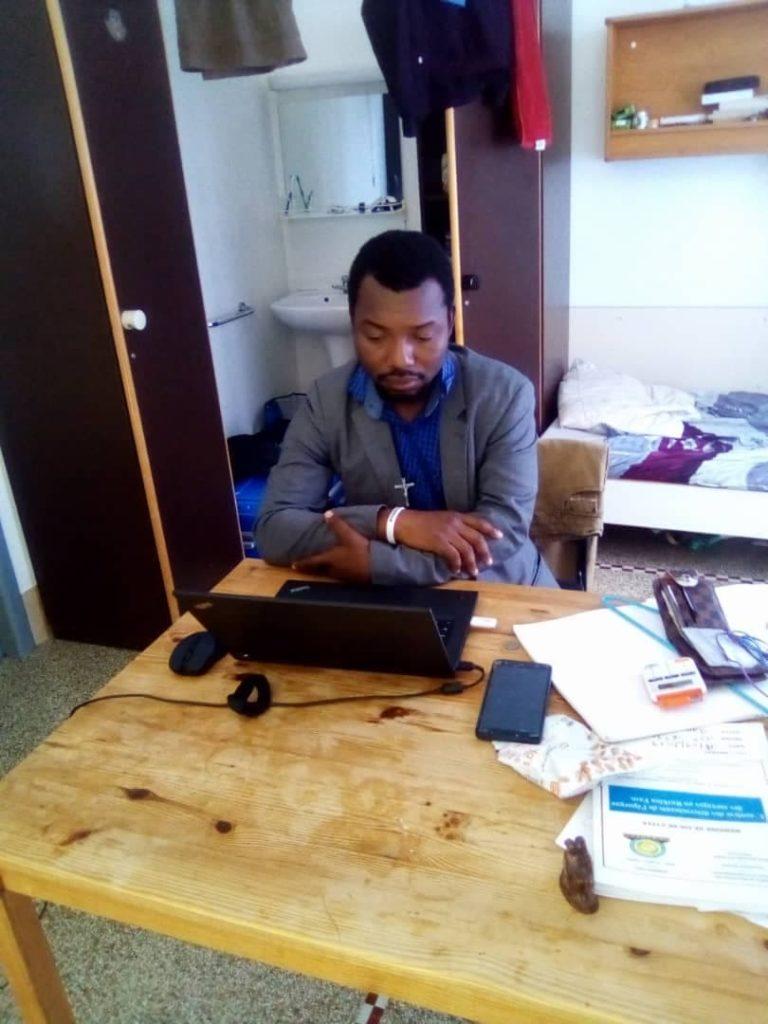Jeune professionnel en prière devant son ordinateur