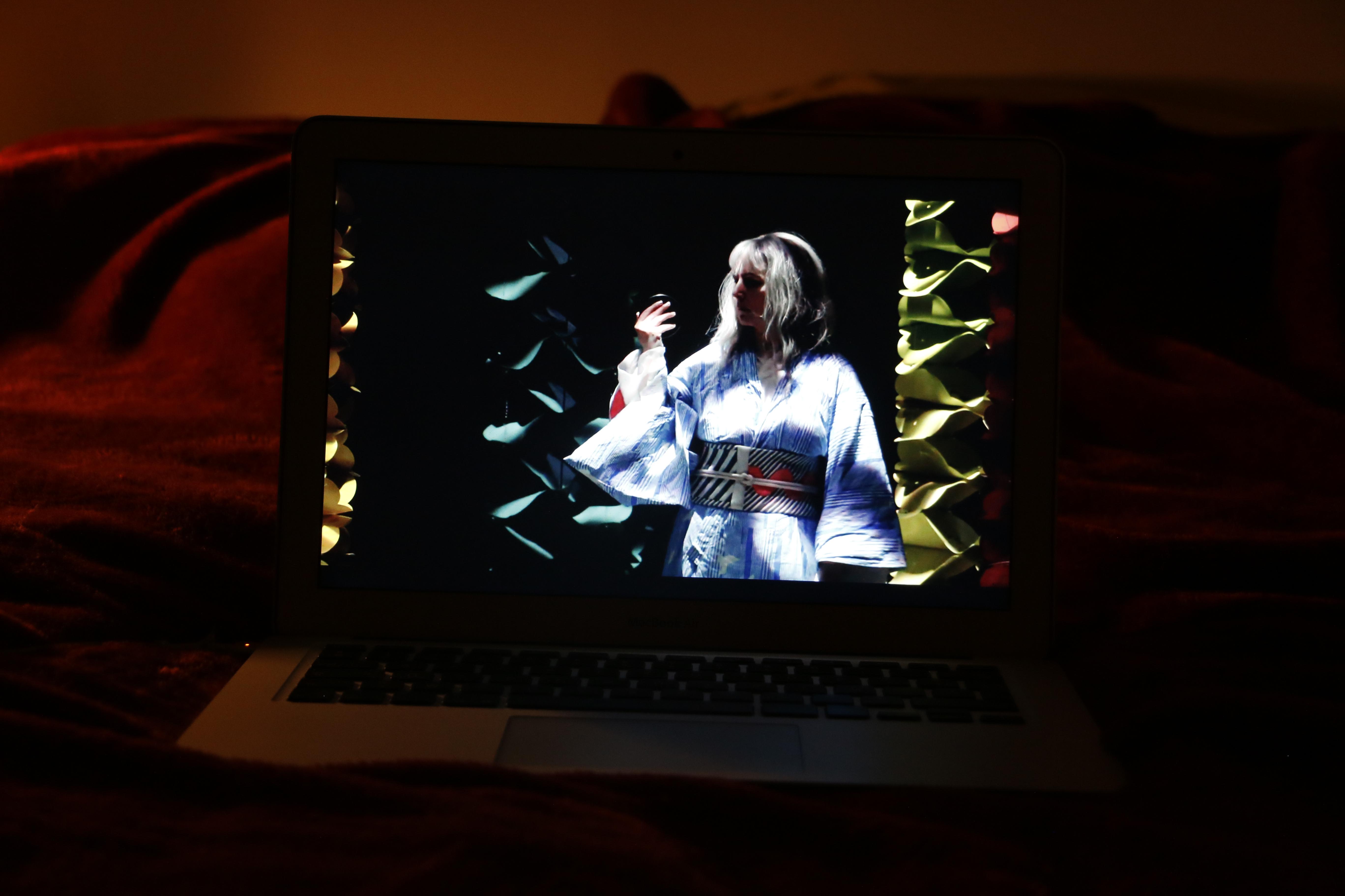 Visionnage d'un opéra du théâtre de la Monnaie sur un ordinateur.