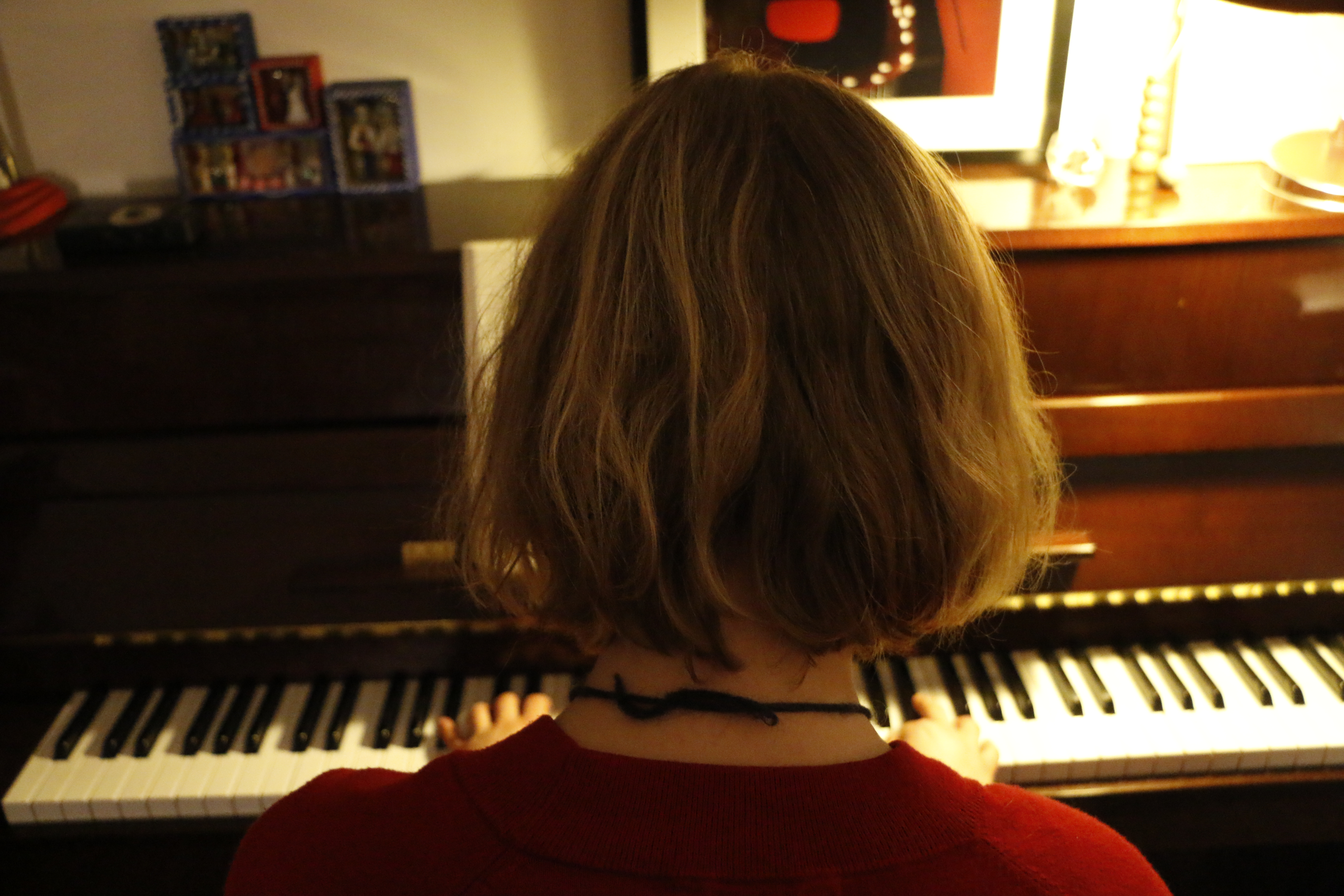 Jeune fille au piano.