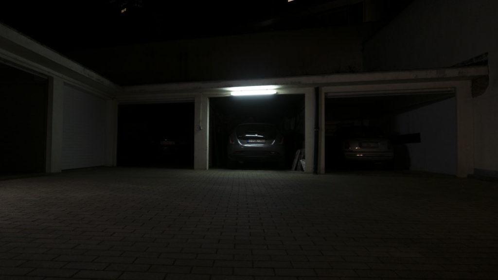 Garage, l'un éclairé, l'autre obscure