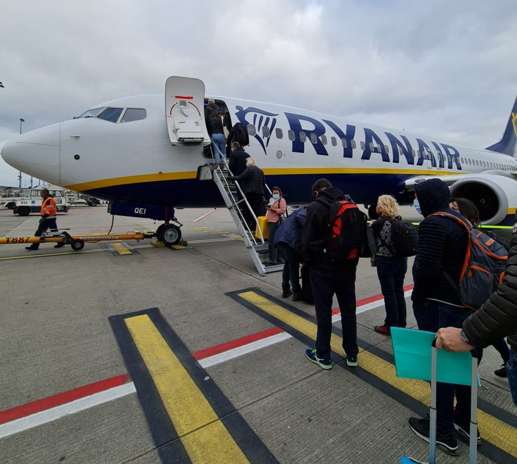 Des passagers font la file pour rentrer dans un avion Ryanair.