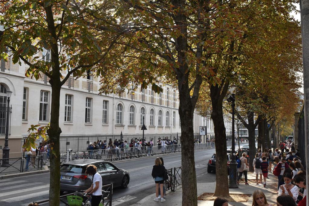 Lycéens à la sortie du lycée Montaigne