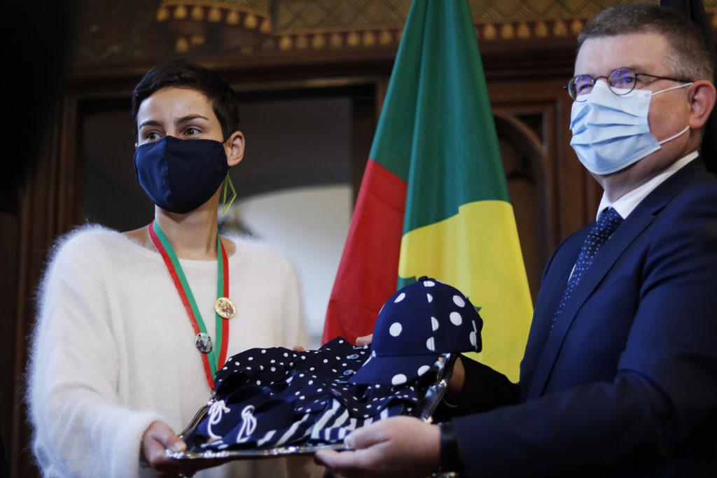 L'échevine de la culture et l'ambassadeur de la République Tchèque présentent le 1053ème costume de Manneken Pis