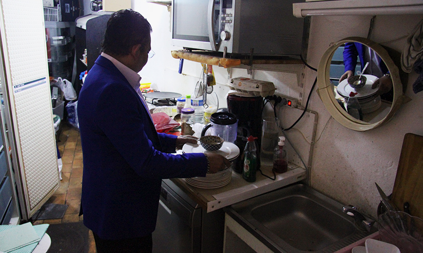 Moon range des assiettes dans la cuisine de l'arrière boutique