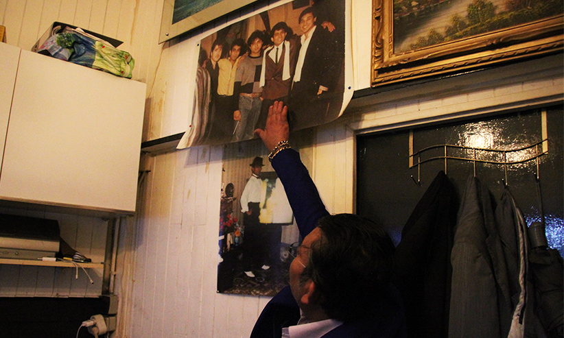Moon me montre une photo de famille accrochée au mur