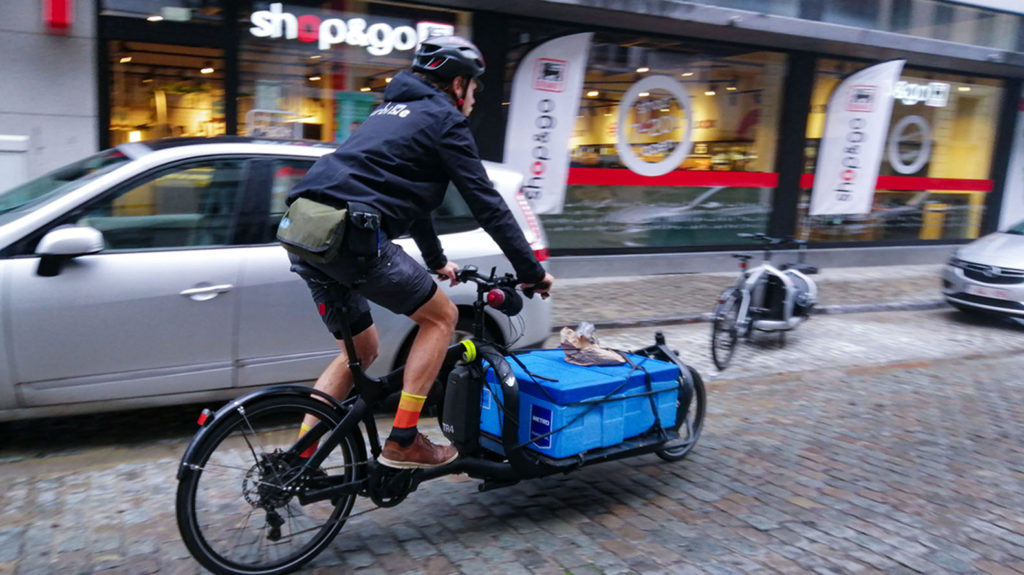 livreur à vélo-cargo