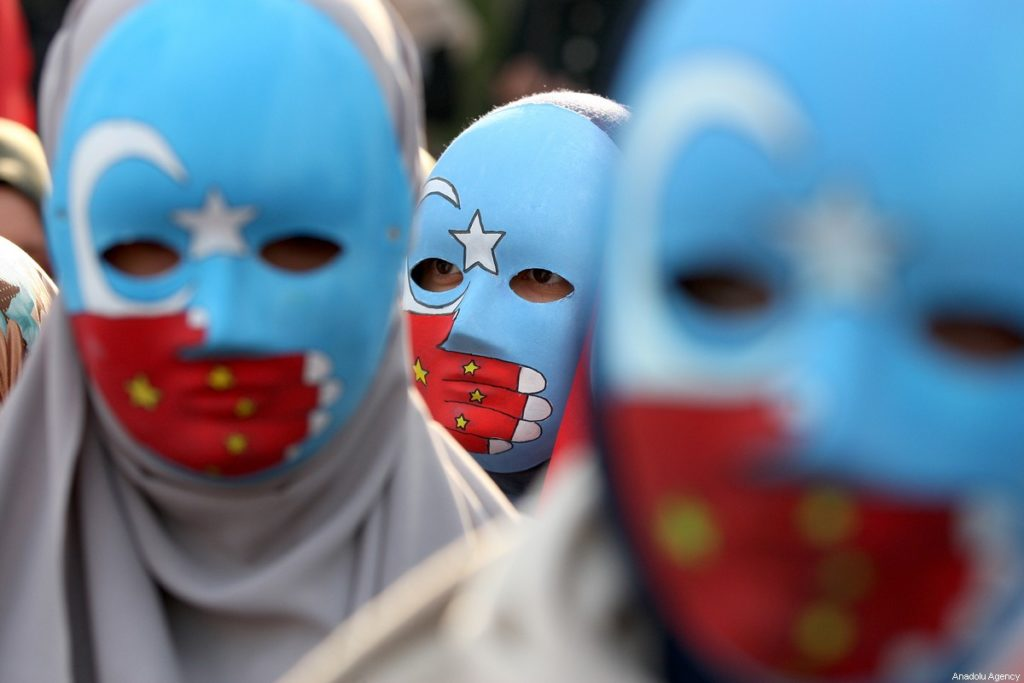 Les demandent d'actions s'accumulent, dés mouvement se créent face à la répression des Ouïghours. Un masque, symbolique, montre dans sa simplicité le silence de la Chine sur ce sujet. Illustration : Middle East Monitor