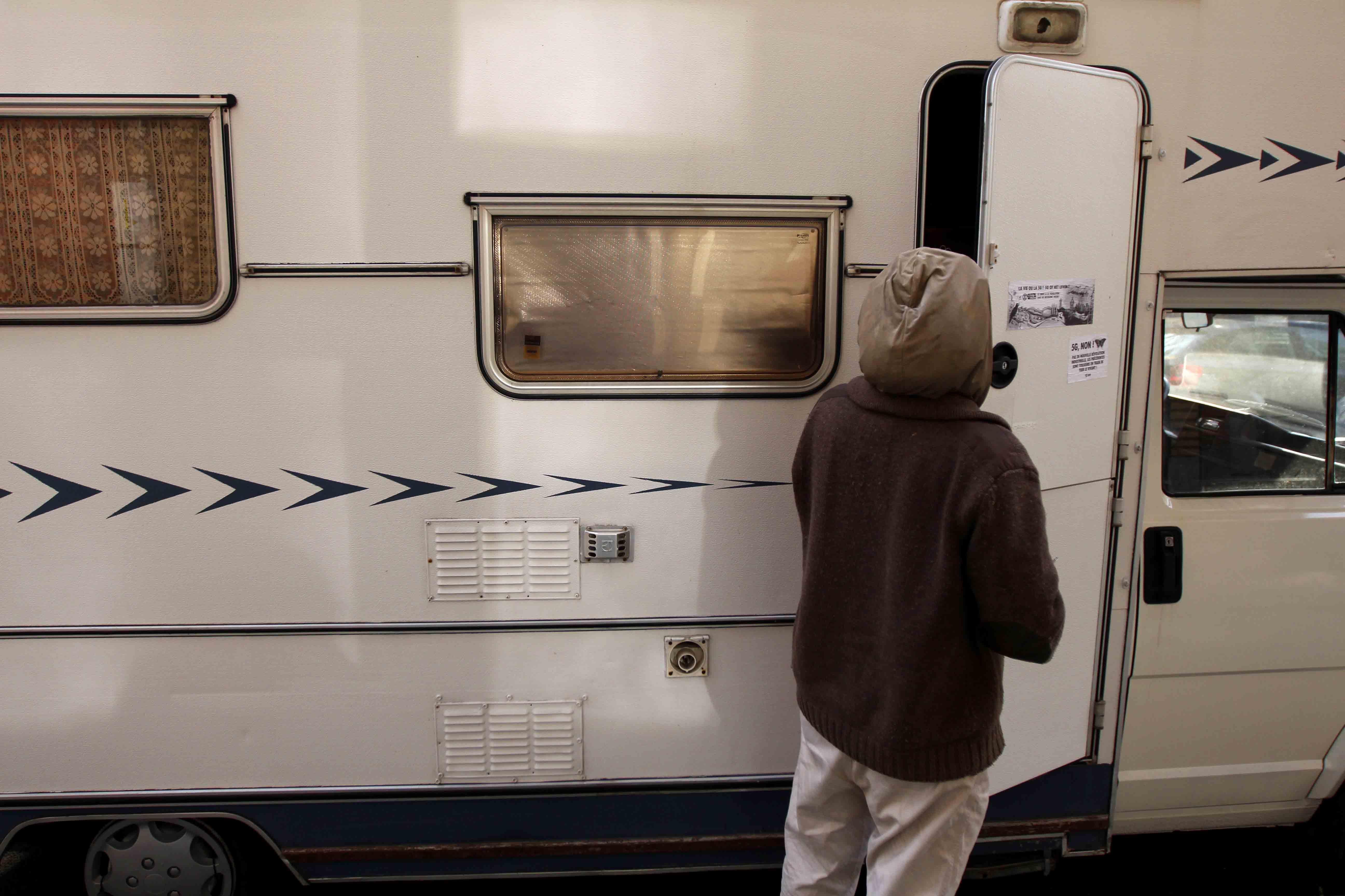 Kristien ouvre la porte de son camping car.