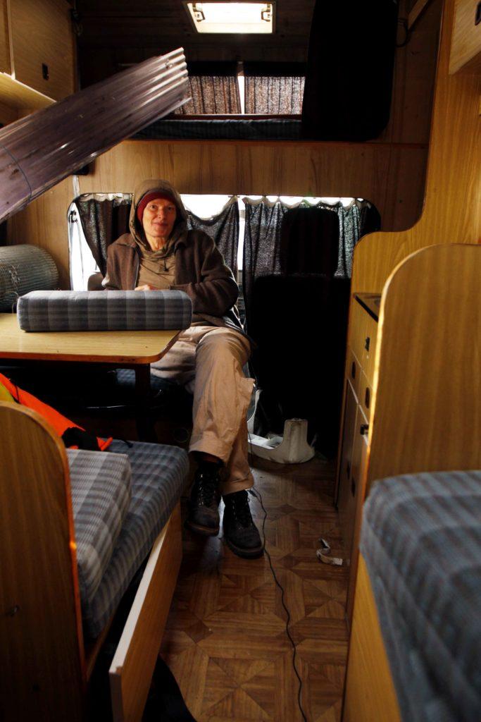 Kristien assise dans son camping-car