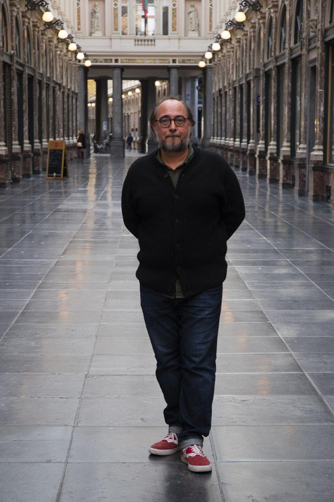 un homme se tient seul dans une galerie marchande vide
